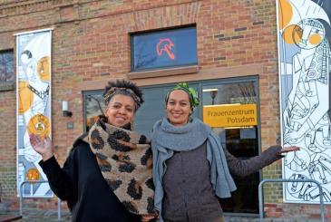 Die-Kuenstlerin-Patricia-Vesper-und-Nouria-Asfaha-vom-Frauenzentrum-mit-den-neuen-Bannern_ArticleWide
